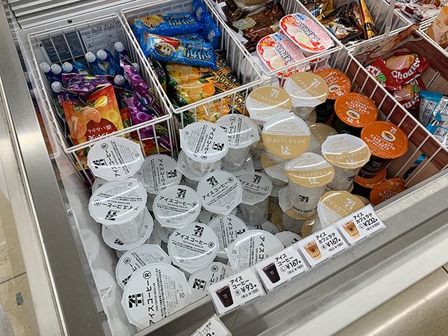 セブンイレブンのアイスコーヒーが並んでるアイスクリームケース