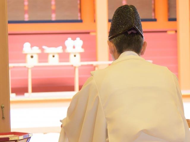 祈祷する神主さん