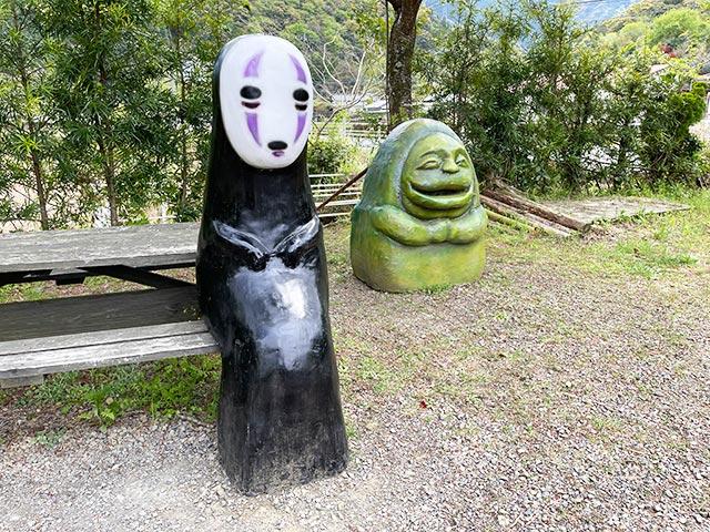 カオナシと石像