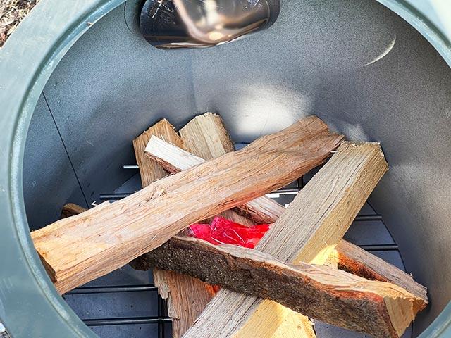 クッキングストーブに薪と着火剤を入れる
