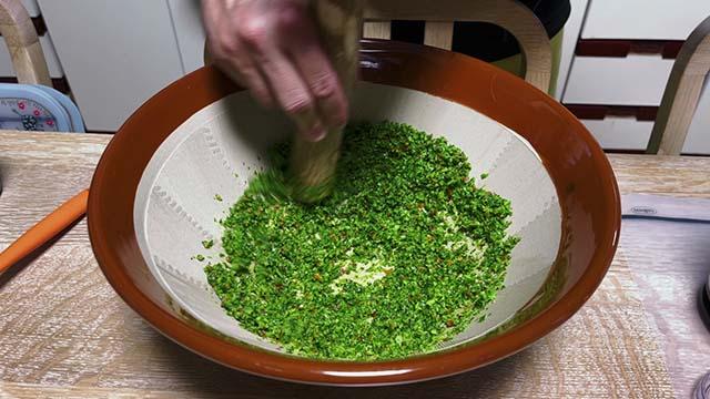 柚子胡椒をすり鉢ですり潰す